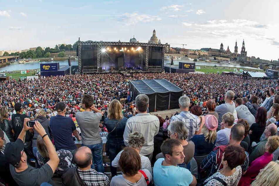 Herrliche Kulisse: das Filmnächte-Gelände während eines Konzerts. Im Hintergrund die Dresdner Skyline.