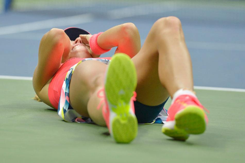 Geschafft! Nach dem Matchsieg im Finale liegt Kerber auf dem Boden und kämpft mit ihren Emotionen.