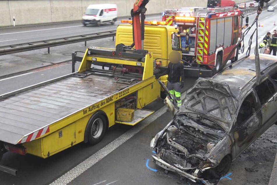 Ford Focus brennt nach Unfall: eine Person verletzt