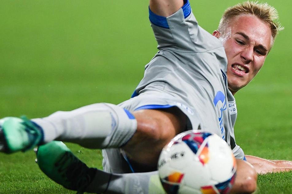 Florian Krüger grätscht nach dem Ball. Die Szene stammt aus dem Schalke-Testspiel gegen Southampton in China.