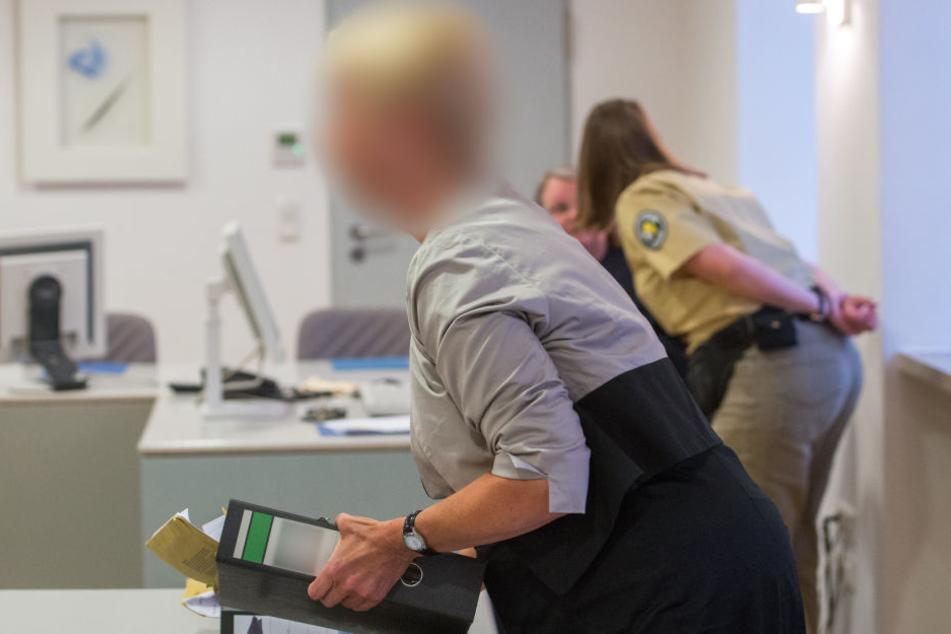Frau in Haft: In Regensburg findet der Prozess um ihre Kinder und mehr als 100 Haustiere statt.