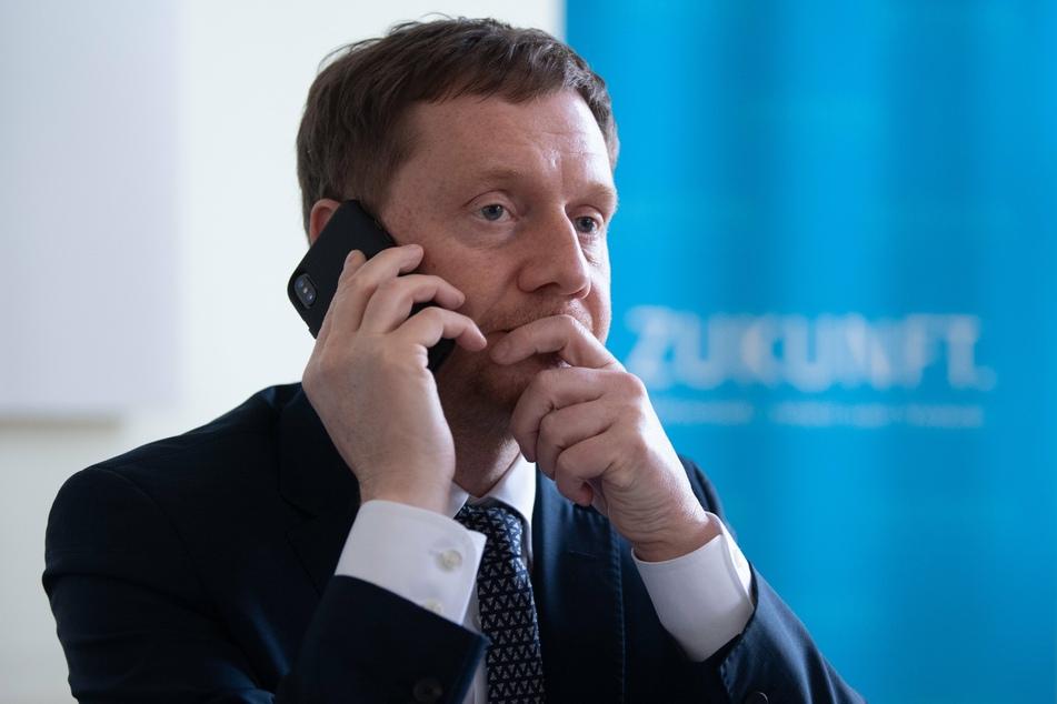 Sachsens Ministerpräsident Michael Kretschmer (CDU) hat Hoffnungen auf ein rasches Ende der Corona-Einschränkungen gedämpft.