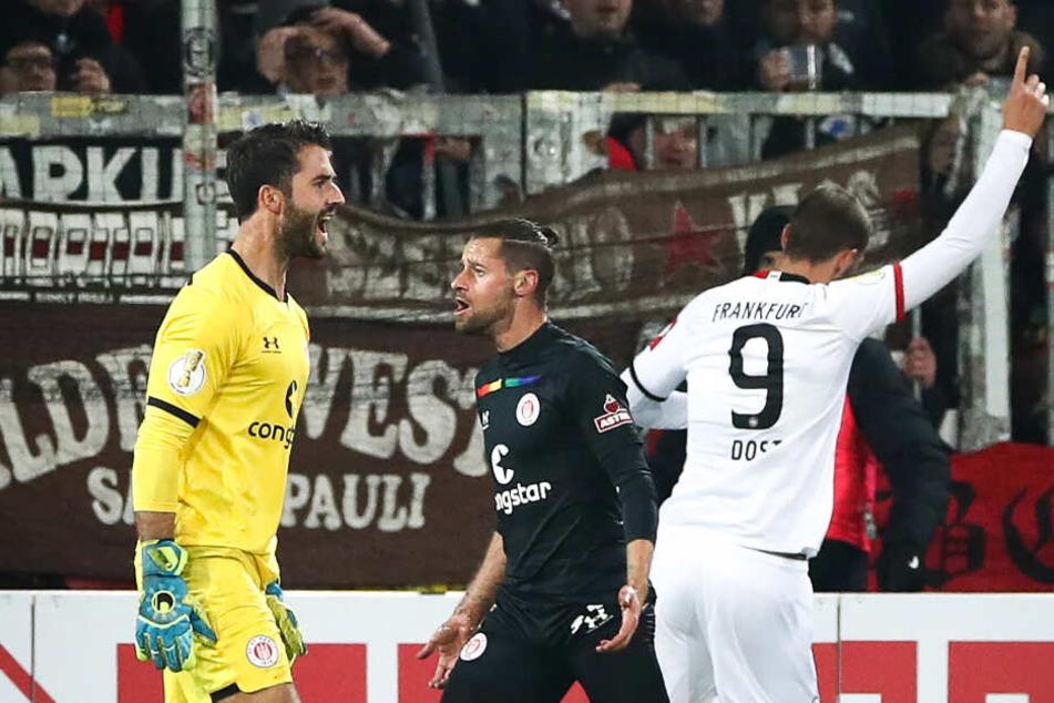 Torwart Korbinian Müller (links) ärgert sich über die Gegentore bei seinem einzigen Auftritt im DFB-Pokal.