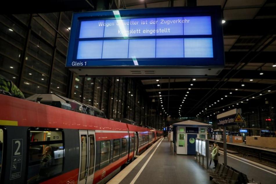 Auf einigen Strecken wurde der Zugverkehr komplett eingestellt. Auch am Freitagmorgen sind einige Verbindungen nicht befahrbar.