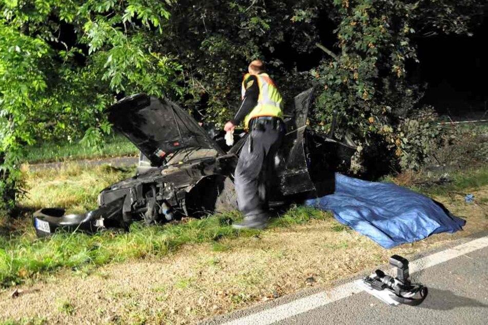 Ein 38-Jähriger ist mit seinem Auto im Landkreis Görlitz gegen einen Baum gefahren und gestorben.