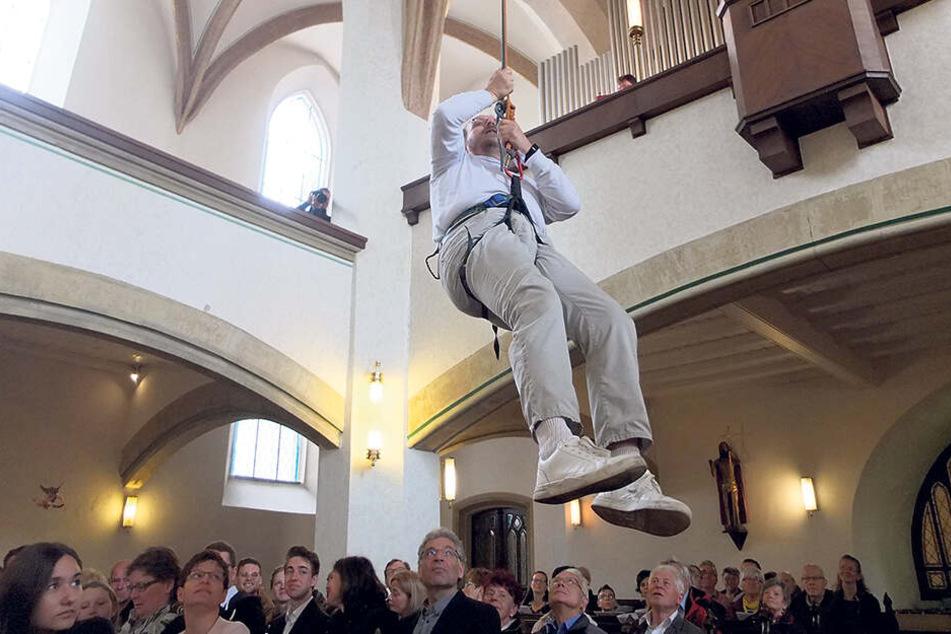 """Aus dem """"Heiliggeistloch"""" seilte sich Pfarrer Lutz Behrens ab, damit der Gottesdienst auch in Erinnerung bleibt."""