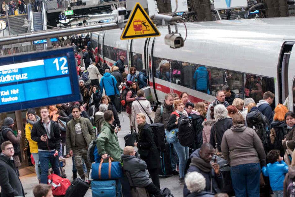 Weil der ICE nach München zu voll war, mussten viel Fahrgäste den Zug wieder verlassen. (Symbolbild)