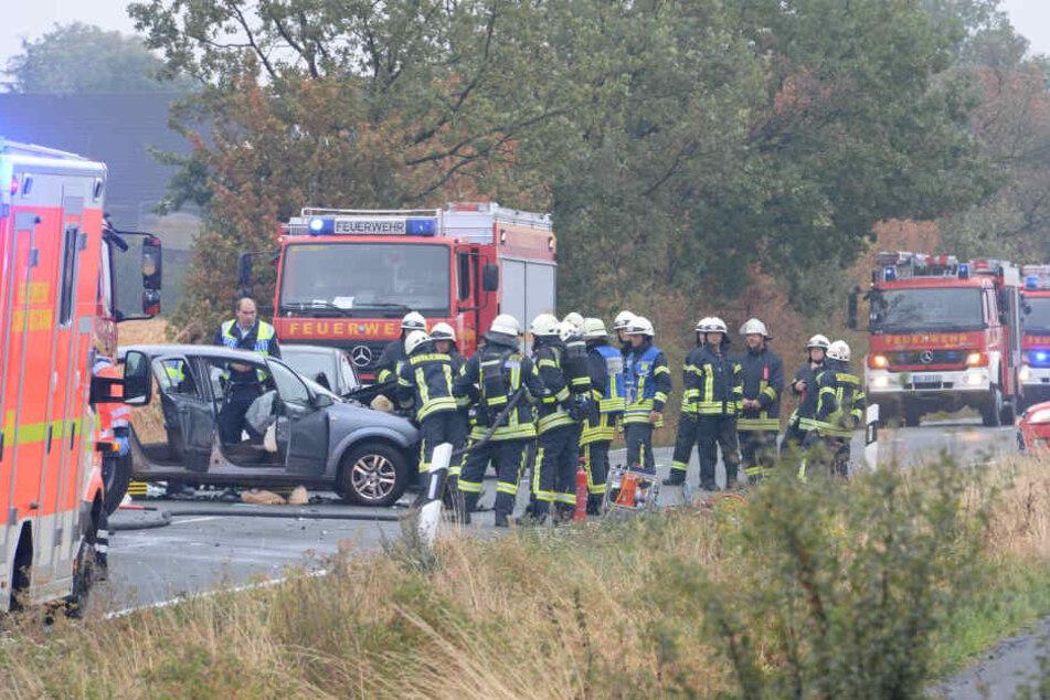 Gleich mehrere Feuerwehrmänner befreiten den eingeklemmten 35-Jährigen aus seinem Wagen.
