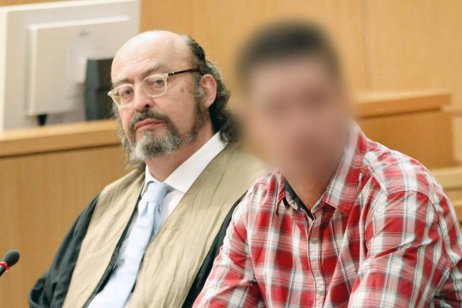 Der Angeklagte (r) zu Beginn des Prozesses neben seinem Anwalt Uwe Krechel.