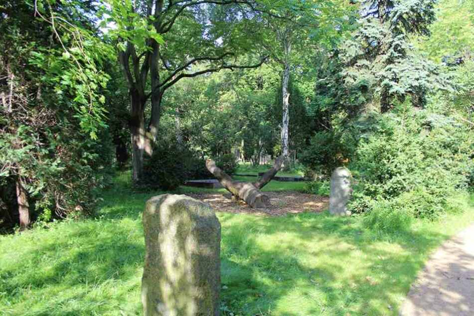 Die Grabsteine im Leisepark in Prenzlauer Berg stellen eine  Gefahr für die Besucher dar.