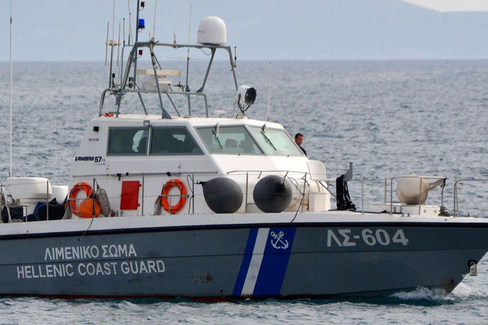 Ein Schiff der griechischen Küstenwache entdeckte eine Gruppe von Migranten, die nach Italien gebracht werden sollten.