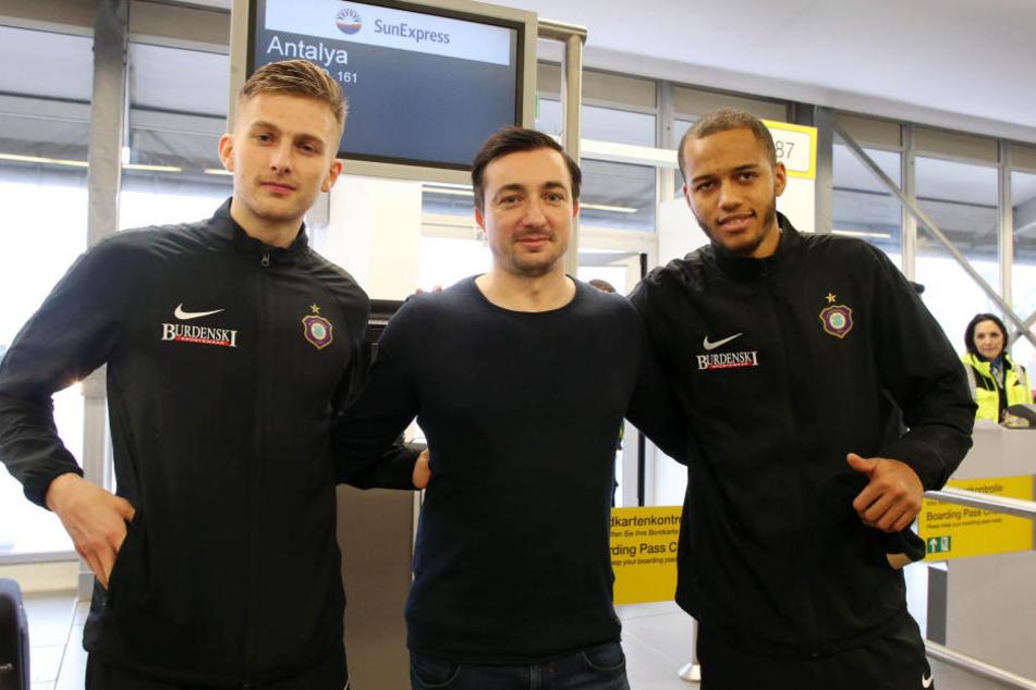 FCE-Trainer Daniel Meyer (m.) konnte seine zwei Neuzugänge Ole Käuper (l.) und Louis Samson mit ins Camp nehmen.