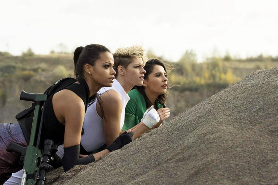 Die Chemie zwischen Kristen Stewart (M.), Ella Balinska (l.) und Naomi Scott stimmt.