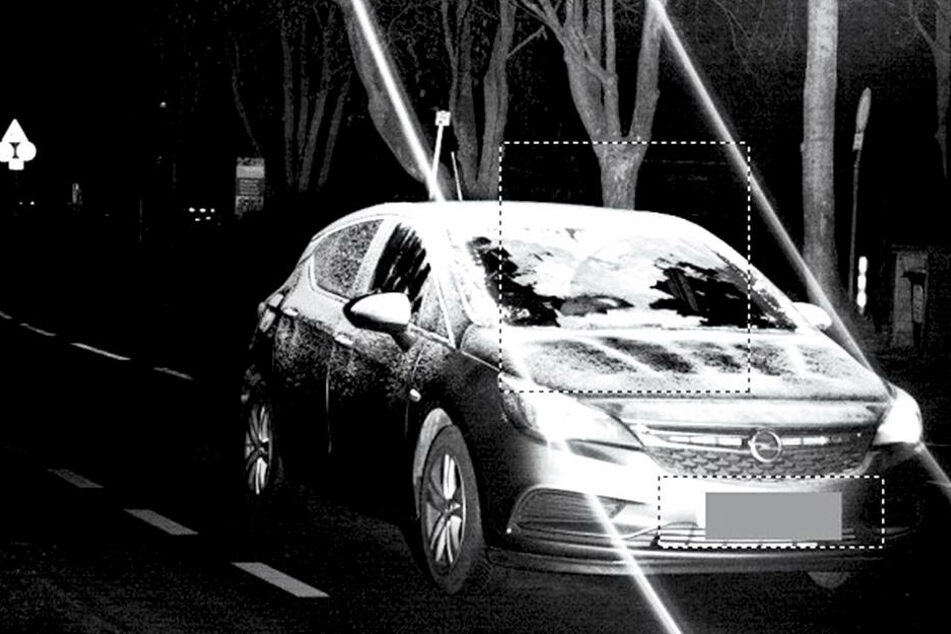 Eine Opel-Fahrerin hielt es nicht nötig, ihre Scheibe komplett vom Eis zu befreien.