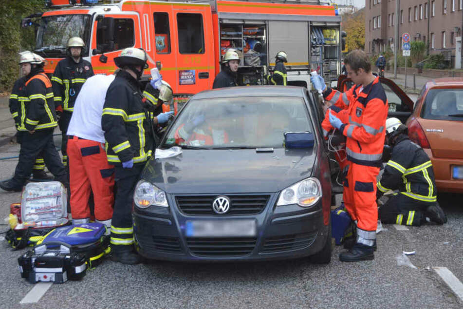 Die Rettungskräfte mussten einen schwerverletzten Mann aus seinem Auto befreien.