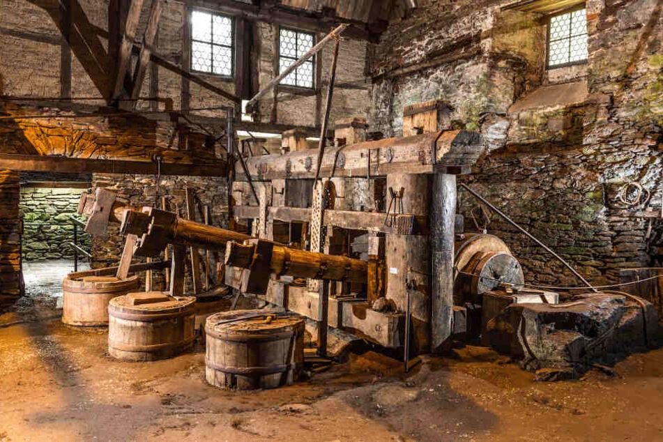 In Annaberg-Buchholz können Touristen bei einem Besuch im Frohnauer Hammer erzgebirgisches Traditions-Handwerk bewundern.