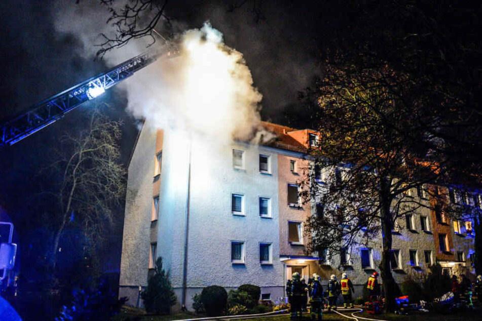 Aud der Dachgeschosswohnung drängt Rauch aus.