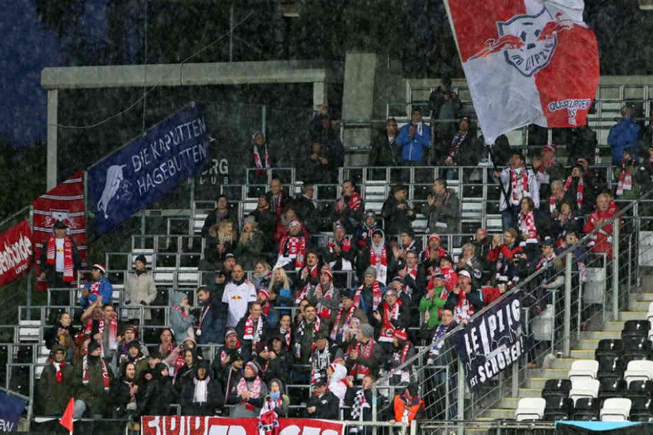 Die mitgereisten Leipziger Fans mussten bei Temperaturen um 5 Grad und teils strömendem Regen ausharren.