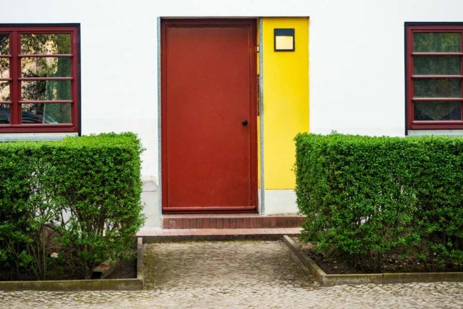 Vor die Haustür setzte der Hausbewohner den 29-jährigen Brasilianer. (Symbolbild)