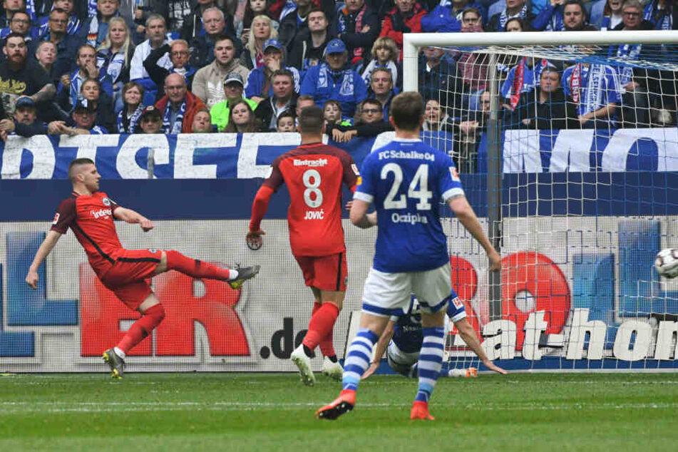 Ante Rebic (li.) trifft nach einem starken Beginn zum 1:0.