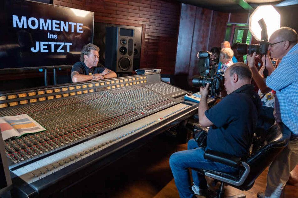 """Peter Maffay, Sänger, stellt in seine Musikstudio sein neuen Album """"Jetzt"""" vor."""