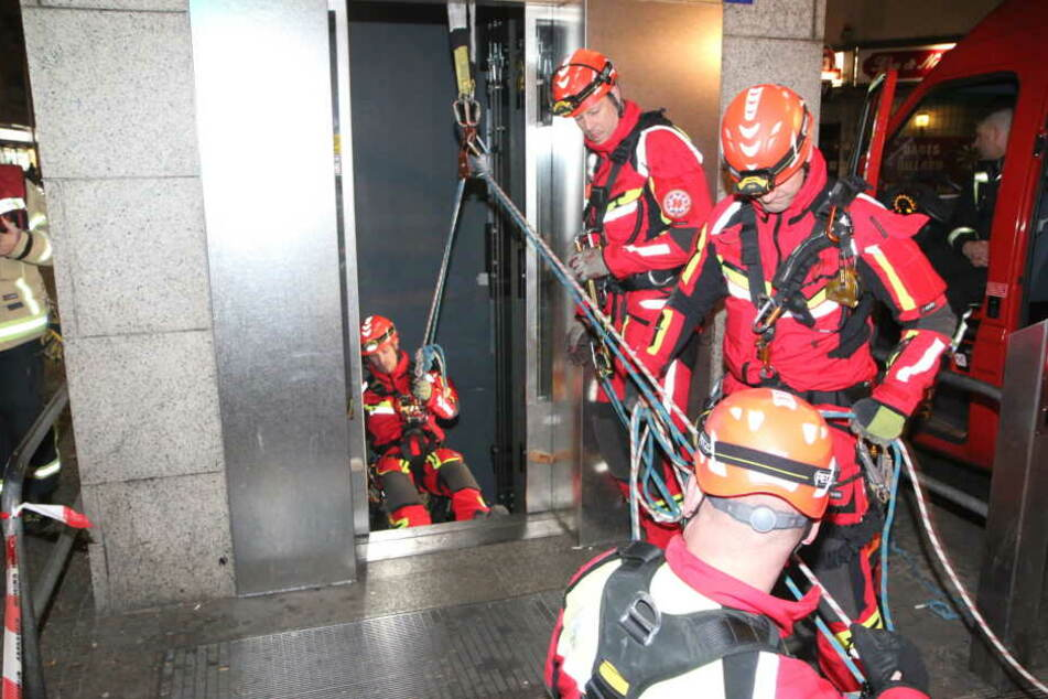 Feuerwehrleute sind derzeit an der Berliner Hermannstraße im Einsatz, um einen Vater und seine Tochter aus einem steckengebliebenen Fahrstuhl zu befreien.