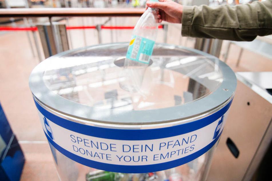 """Am Köln/Bonn Airport finden Fluggäste für ihre leeren Getränkeflaschen große, transparente Sammelgefäße von """"Spende Dein Pfand""""."""