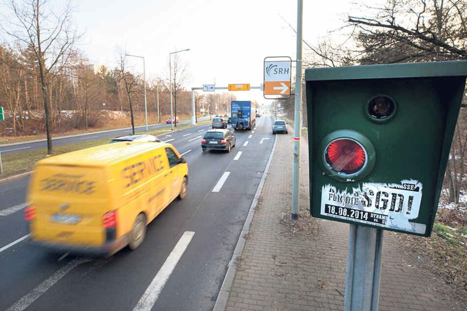 """Wegen des Blitzers an der Radeburger Straße flossen 2017 fast 263000 Euro ins Stadtsäckel. 100 Euro davon """"steuerte"""" Puhdy Dieter """"Maschine"""" Birr (73) bei."""