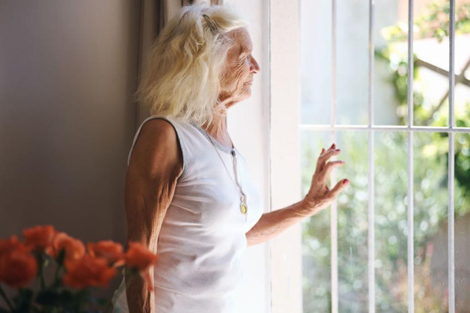 Eine 75-jährige Seniorin warf 20.000 Euro in einem Umschlag aus ihrem Fenster. Doch unten standen keine Polizisten, sondern Trickbetrüger. (Symbolbild)