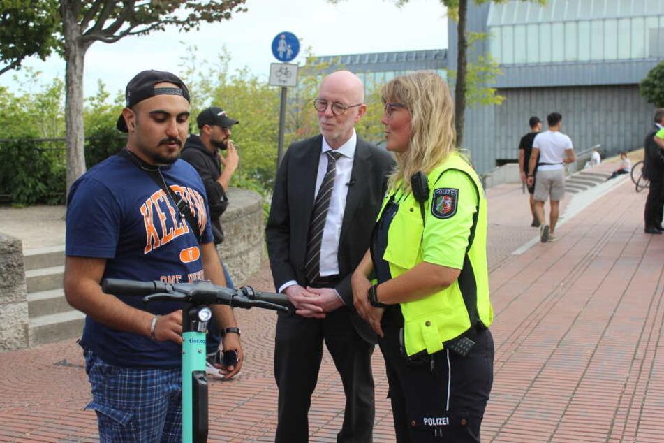 Der Kölner Polizeipräsident Uwe Jacob am Donnerstagnachmittag während der Kontrolle eines E-Scooter-Fahrers in der Kölner Altstadt.