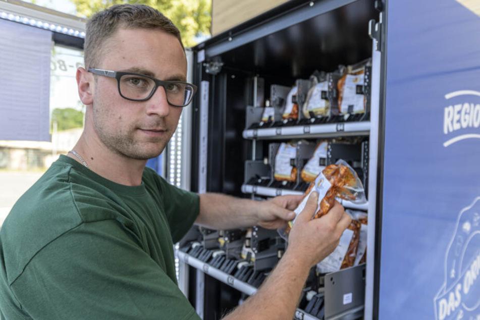 Manuel Farr (31) vom Geflügelhof Weber füllt vorm Simmel-Markt in Grüna Grillfleisch im neuen Rund-um-die-Uhr-Automat nach.
