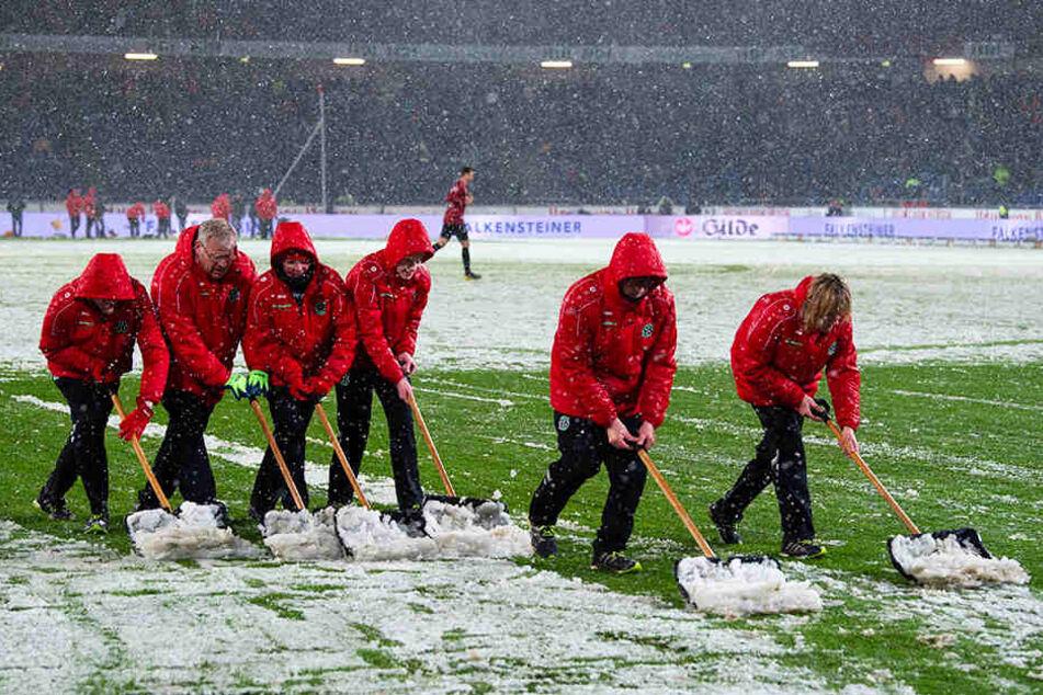 Viele Helfer befreiten den Platz in der Halbzeit zumindest teilweise vom Schnee.