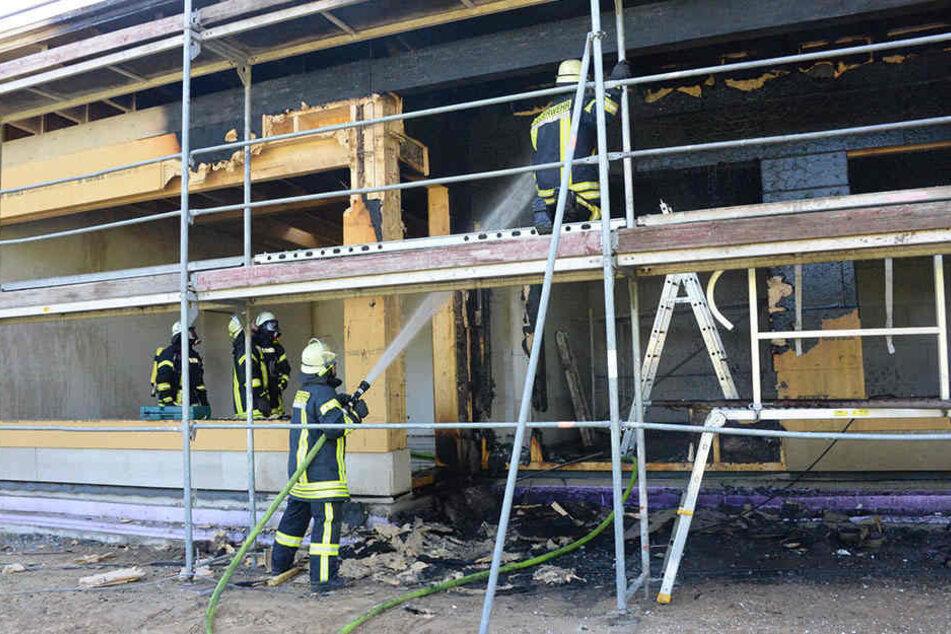Zahlreiche Feuerwehrmänner mussten die Flammen in den Griff bekommen.