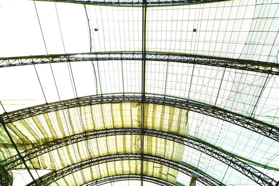 Innen sichern bereits gewaltige Netze das Dach. Arbeiter können die Bereiche später so betreten.
