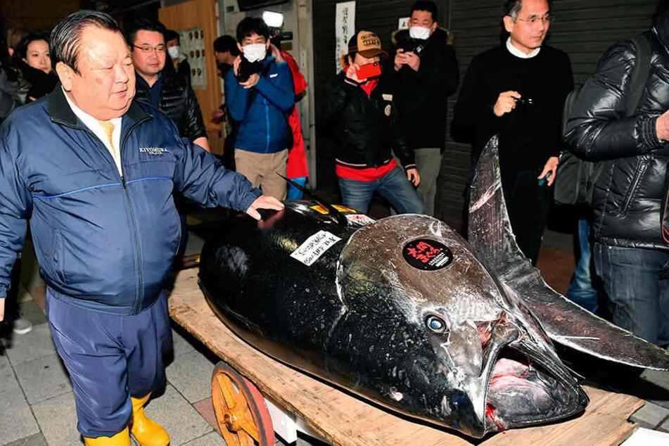 Der Blauflossenthunfisch wurde bei der ersten Auktion in diesem Jahr auf dem neuen Fischmarkt der japanischen Hauptstadt von einer Restaurantkette gekauft.