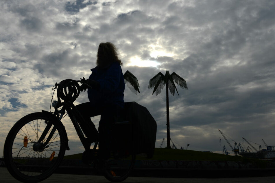 Fahrradfahrerin am Park Fiction im Stadtteil St. Pauli.