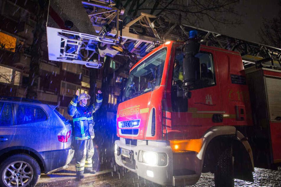 Die Feuerwehr rettete mehrere Personen von ihren Balkonen (Symbolbild).