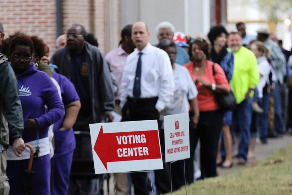 Vor den Wahllokalen bildeten sich lange Warteschlangen.