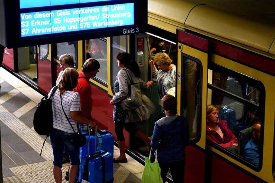 Bahn-Reisende müssen sich heute am Ostkreuz auf Behinderungen und Verzögerungen einstellen.
