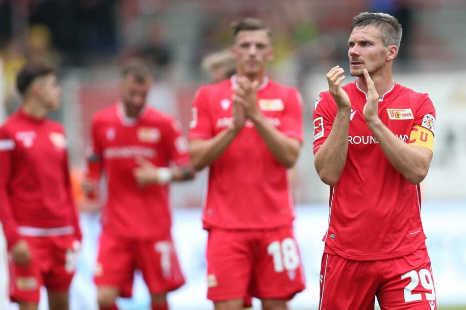 Michael Parensen (r.9 bedankt sich nach dem Spiel gegen Bröndby IF bei den Fans.