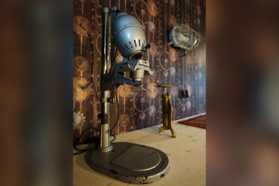 Alte Geräte, wie Fotobelichter, sind die Hingucker in den Zimmern der Steampunk-Pension.