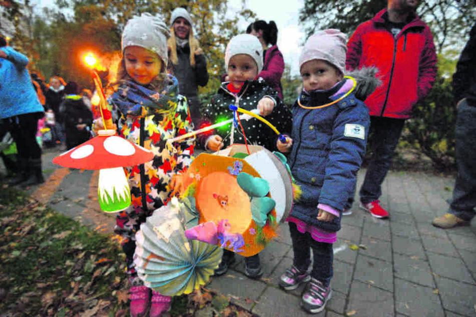 Heute Abend marschieren wieder Tausende Kinder zum Lampionumzug den Schlossberg hinauf. Mathilda (4, v.l.), Amy (4) und Emilia (3.) waren vergangenes Jahr mit von der Partie.