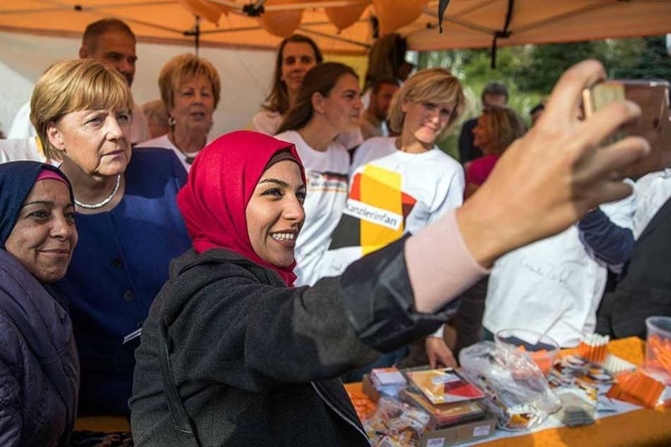 Die aus Damaskus geflohene Ghalia Badr fotografiert in Stralsund (Mecklenburg-Vorpommern) beim Bürgerfest der CDU ein Selfie mit Angela Merkel (CDU).