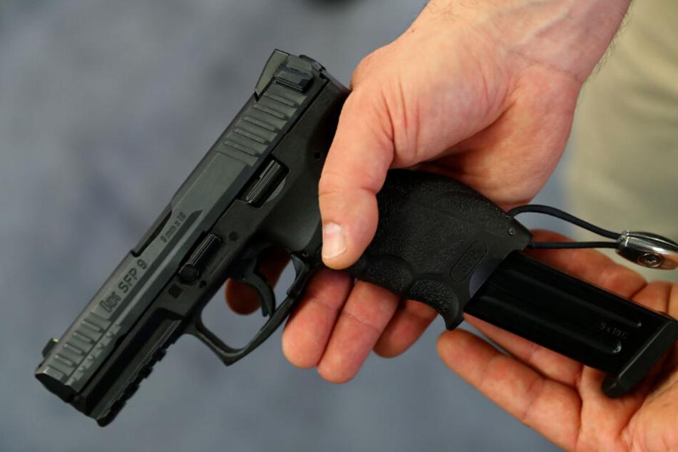 Der Mann soll illegal im Besitz einer Pistole sein, aus der er mehrere Schüsse abgegeben haben soll. (Symbolbild)