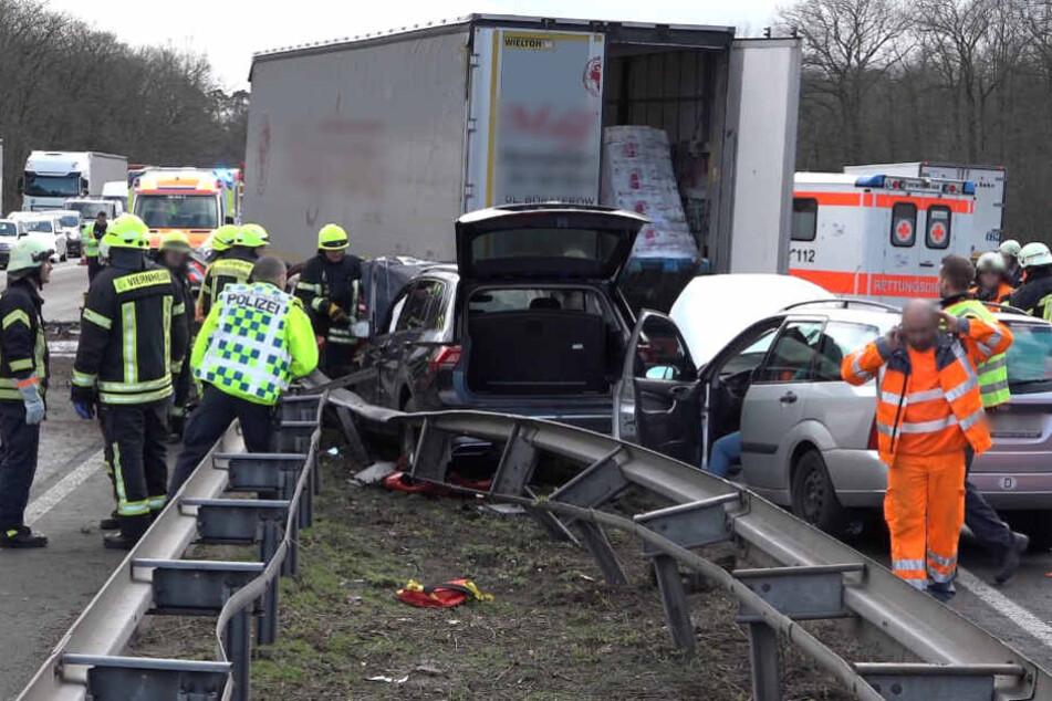 Lkw durchbricht Leitplanke, Autos krachen ineinander! Zwei Schwerverletzte