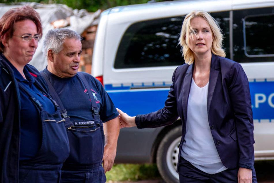 Ministerpräsidentin Manuela Schwesig spricht mit Feuerwehrleuten über den Einsatz.