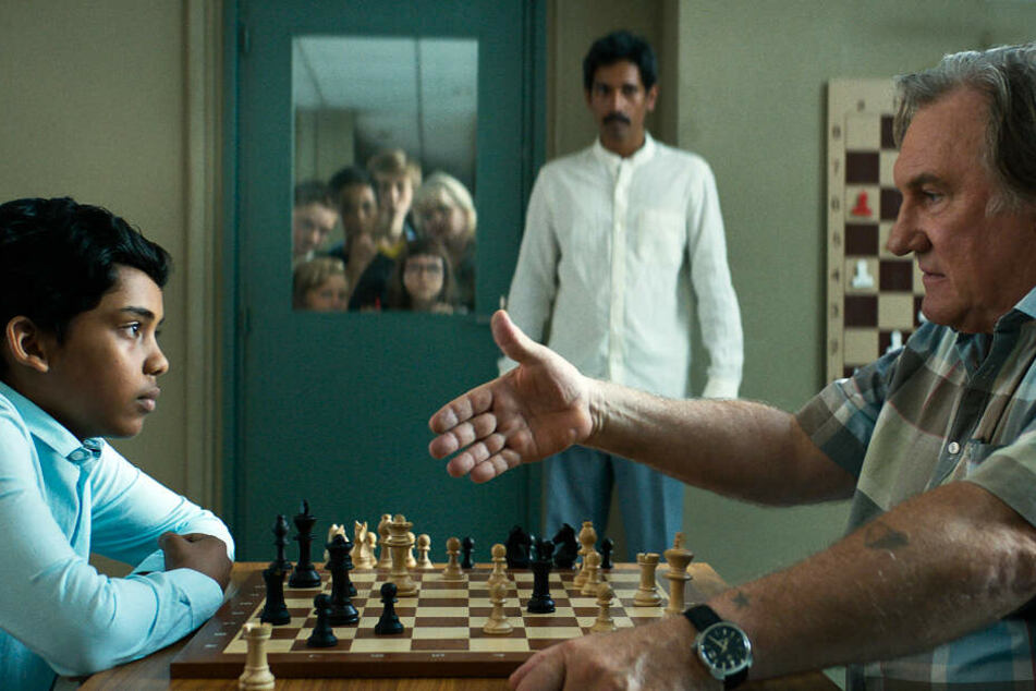 Fahim (l., Assad Ahmed) kommt beim Schachklub Creteil unter, wo Sylvain Charpantier (r., Gerard Depardieu) sein Lehrer ist.