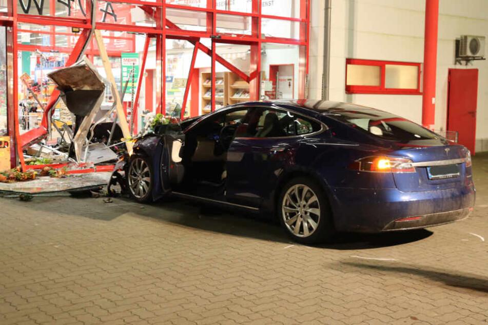 Der Tesla krachte in die Fassade des Baumarktes in Nortorf.