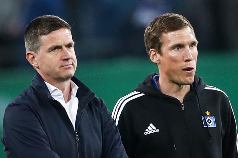 Hannes Wolf (rechts) und Sportdirektor Ralf Becker stehen nach einem Spiel nebeneinander auf dem Platz.