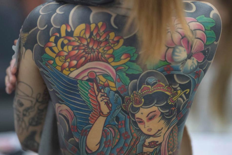 Besonders bei Frauen zwischen 25 und 34 Jahren werden Tattoos immer beliebter.
